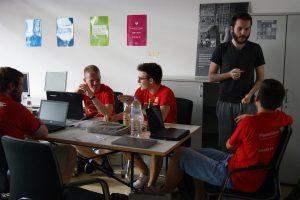 Hackathon-Team am arbeiten im Launchpad