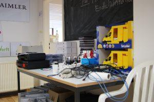 Tisch mit Sensoren und Werkzeug